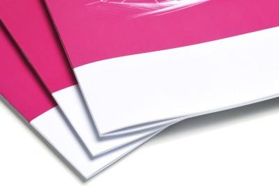 Magazines worden op de vouwlijn geniet en de rug wordt vierkant gedrukt