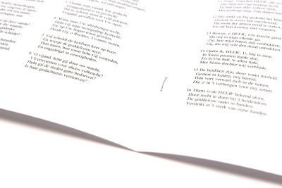 De rug wordt vierkant gedrukt, waardoor je liturgie mooi plat ligt