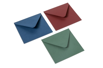 Donkere enveloppen in de kleuren: donkerrood, donkerblauw en donkergroen