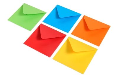 Felle enveloppen in de kleuren: rood, blauw, groen, geel en oranje