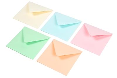 Pastel tint enveloppen in de kleuren: babyblauw, babyroze, lichtgroen, abrikoos en gems