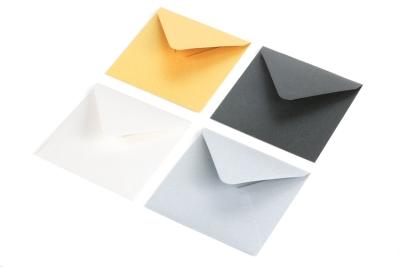 Metallic enveloppen in de kleuren: goud, zilver, zwart en wit